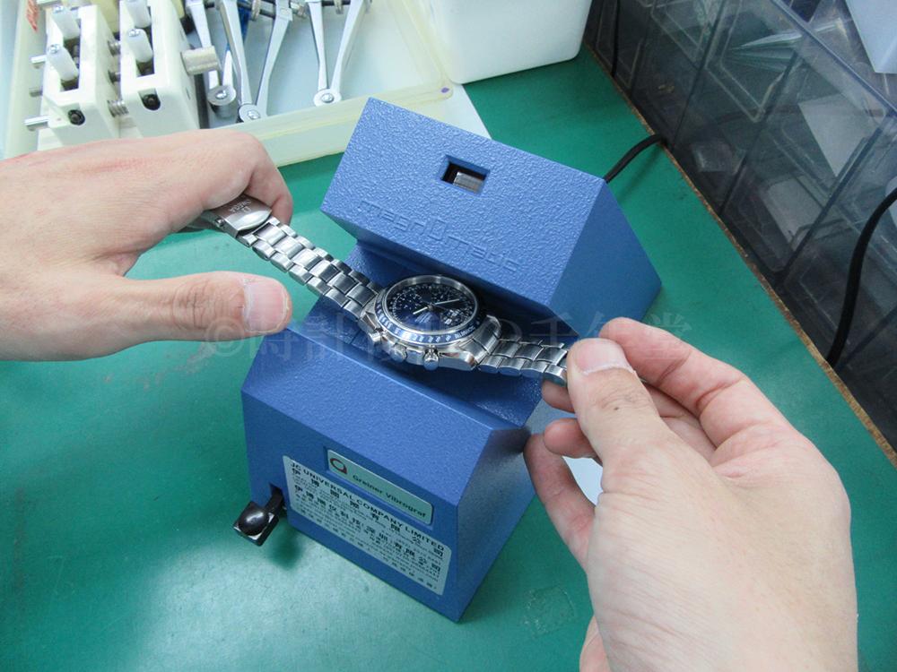 時計に脱磁処理をしている画像