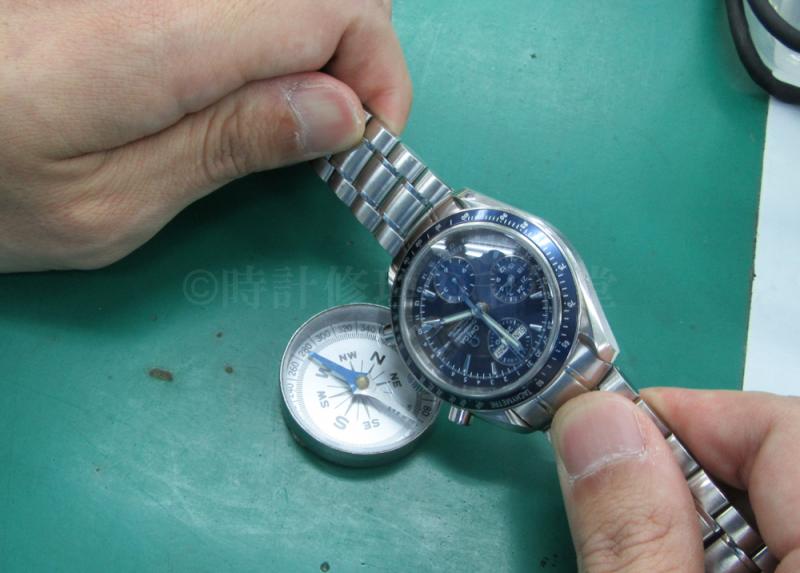 方位磁石を時計に近づけてる画像